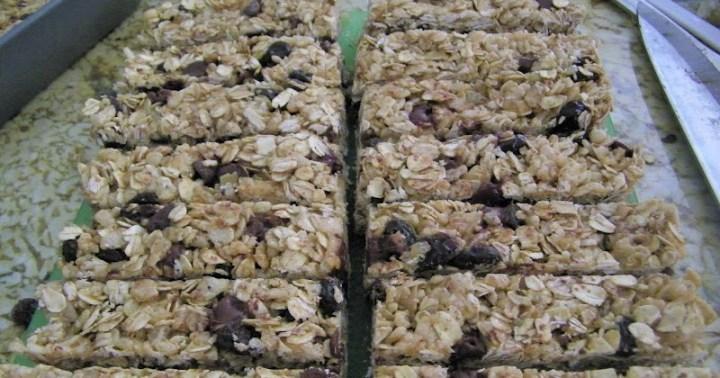 http://1chefmommy.blogspot.com/2012/05/no-bake-oatmeal-raisin-granola-bars.html