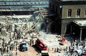 Scene after the terrorist bombing of the Central Station of Bologna, 1980 (Source: Beppe Briguglio et al. / Wikipedia)