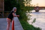 Mrs.Fredlee, starend over de Garonne. Mrs Fredlee gazing across the Garonne river.