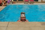 Mrs.Fredlee in het zwembad. Mrs. Fredlee in the swimming pool.