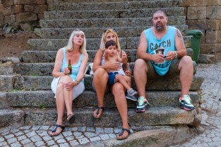 Een biertje op de trappen. A beer together in Felgar on the steps infront of the family house.