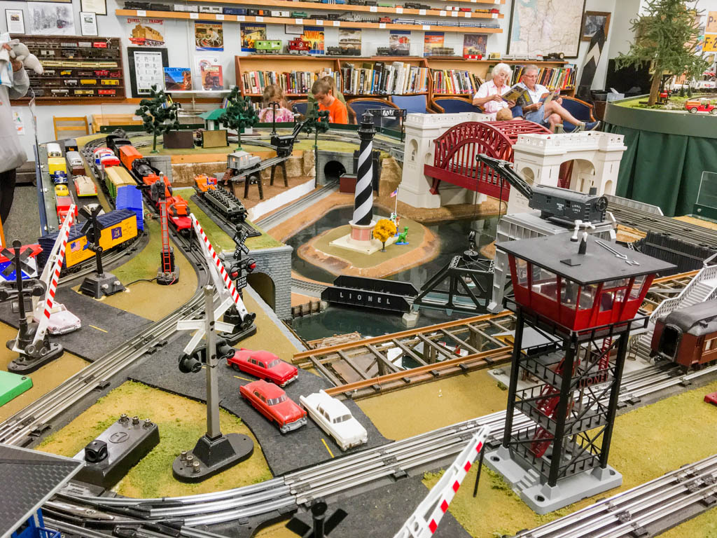 Lionel Layout Complete With Electomechanical Features