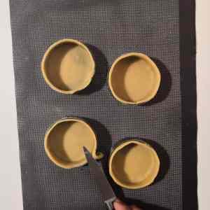 Ebarber les tartelettes avant cuisson