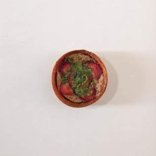 Fond de tartelette, crème d'amande, carpaccio de fraises et pesto basilic