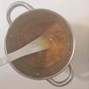 décuire le caramel avec la crème chaude