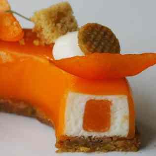 Zoom sur la découpe du dessert abricot, fromage blanc, pistache