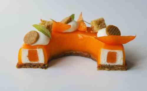 Découpe entremets abricot, pistache et fromage blanc