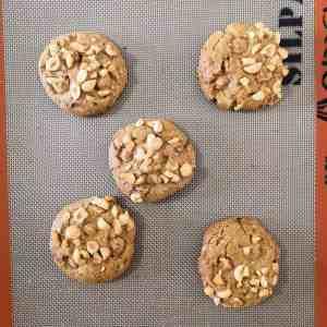 Cookies noisette sortis du four