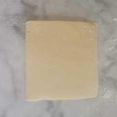 détrempe de pâte feuilletée inversée enfermée dans le beurre manié