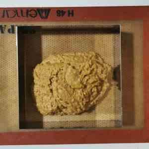 Biscuit coco cru sur plaque de cuisson