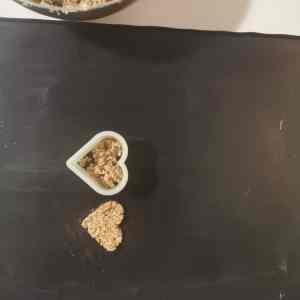 Réalisation du croustillant coco en forme de coeur