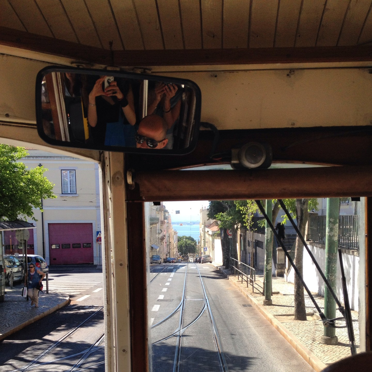 tram-lisbona-riflesso-the-frilly-diaries