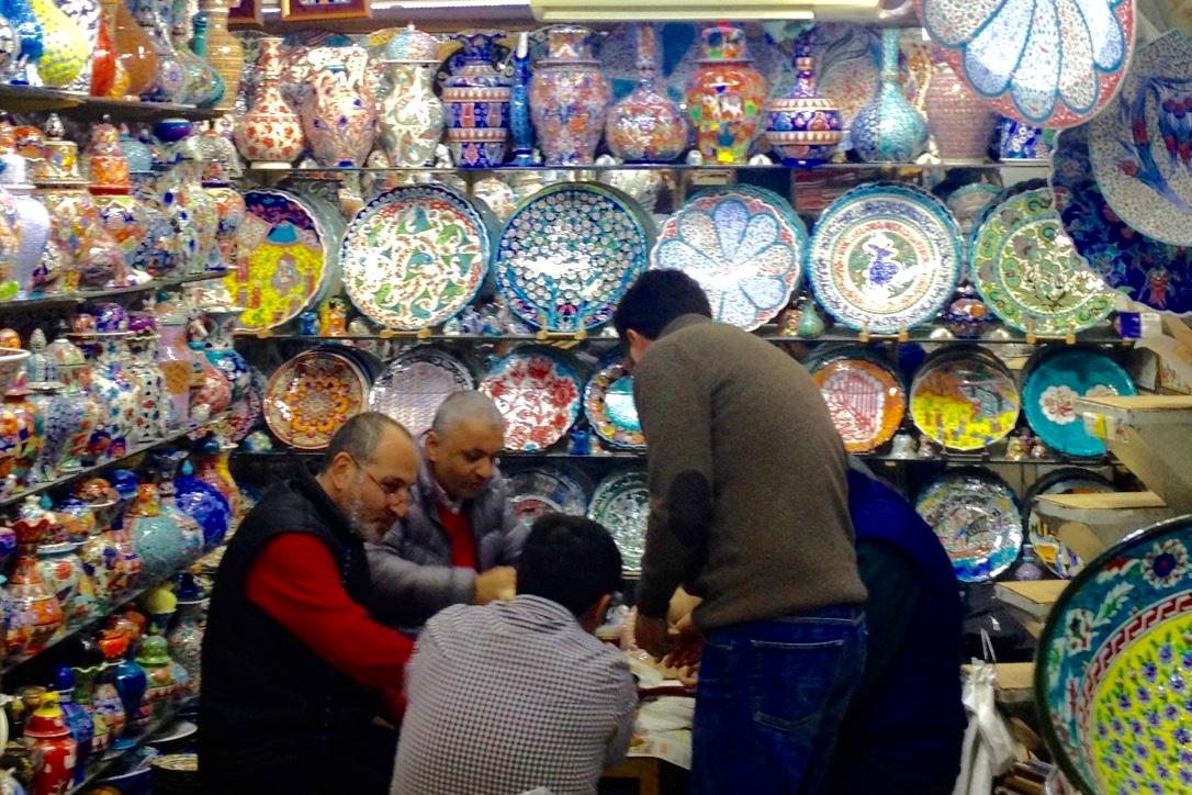 uomini-al-bazaar-istanbul-the-frilly-diaries-magica-istanbul