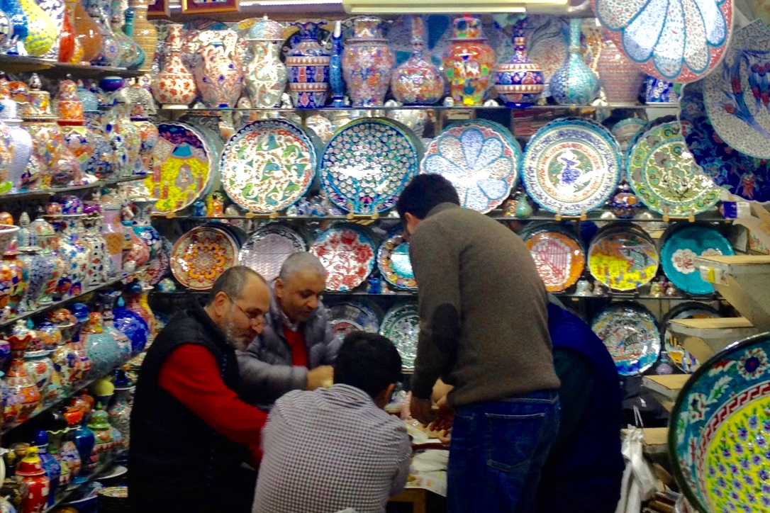 uomini-al-bazaar-istanbul-the-frilly-diaries-magica-istanbul
