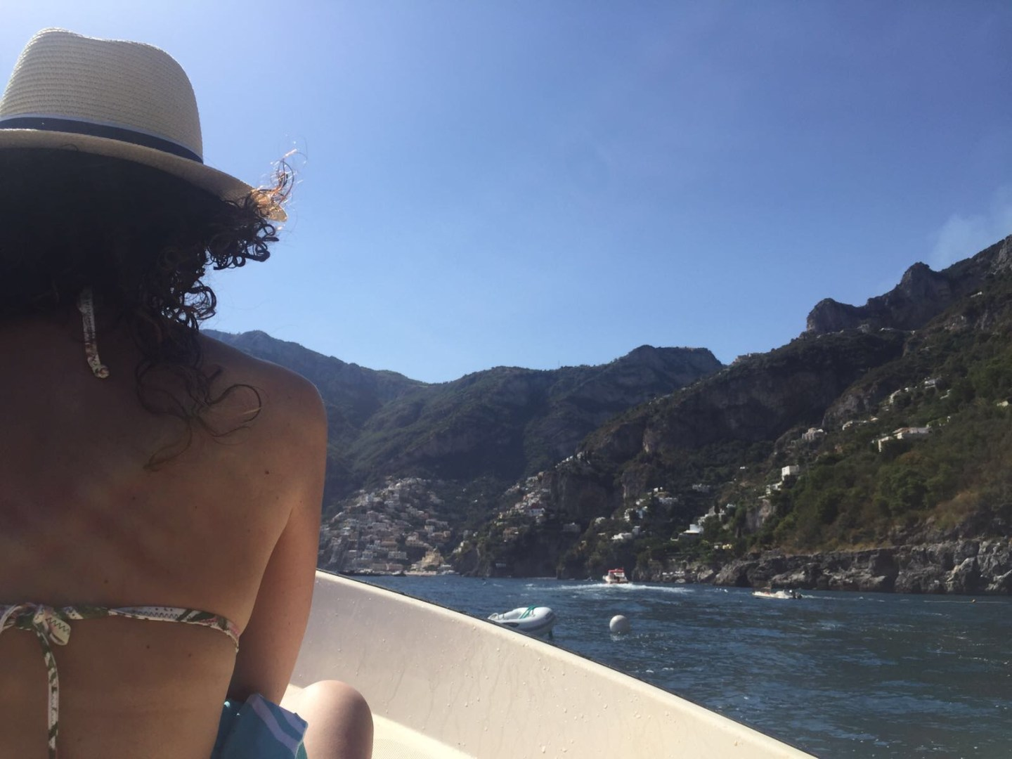The-Frilly-Diaries-in-barca-verso-Positano