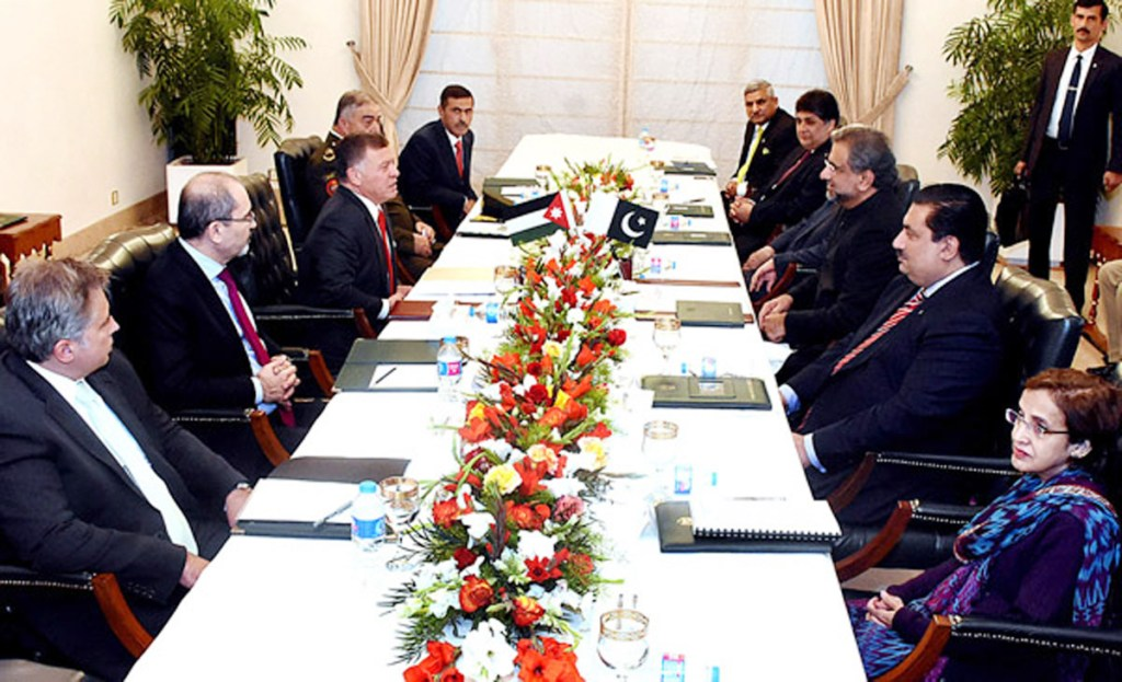 APP77-08 ISLAMABAD: February 08 - Prime Minister Shahid Khaqan Abbasi in delegation level meeting with H.M. King Abdullah II Ibn Al-Hussain of the Hashemite Kingdom of Jordan at the Prime Minister House. APP