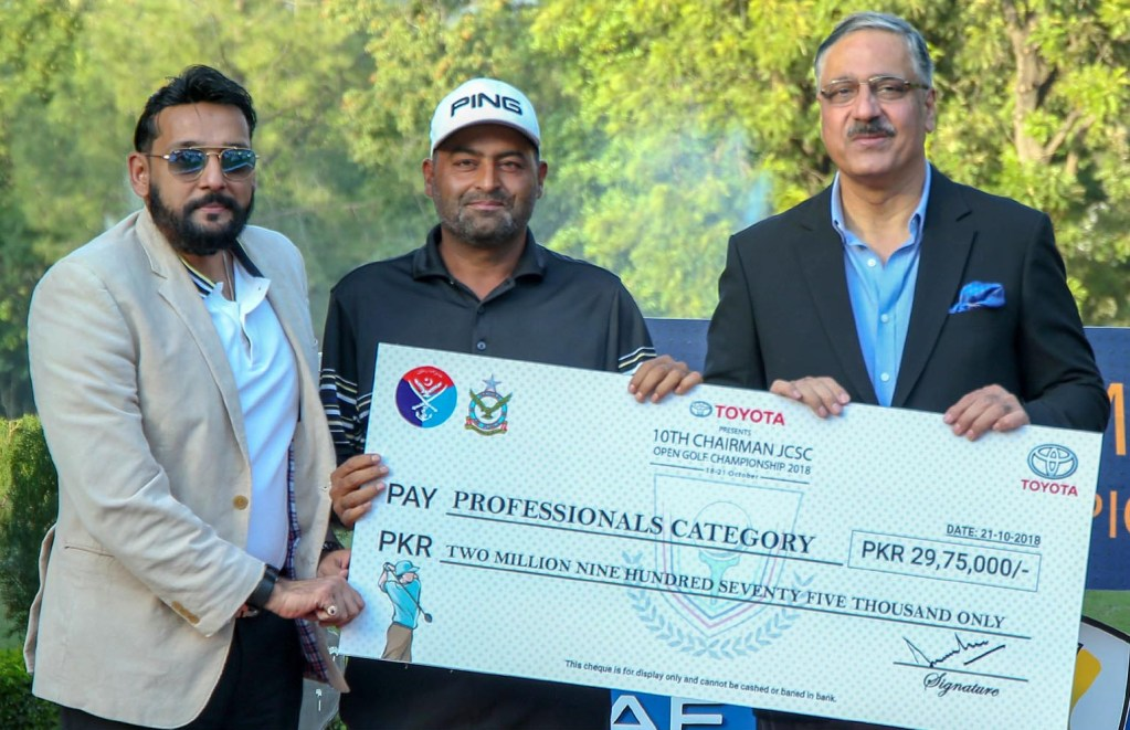 ISLAMABAD: General Zubair Mahmood Hayat, Chairman Joint Chiefs of Staff Committee awarding cheque to Shabbir Iqbal won the10th Chairman JCSC Open Golf Championship 2018 during prize distributing ceremony at Margalla Green Golf Club Islamabad. INP PHOTO