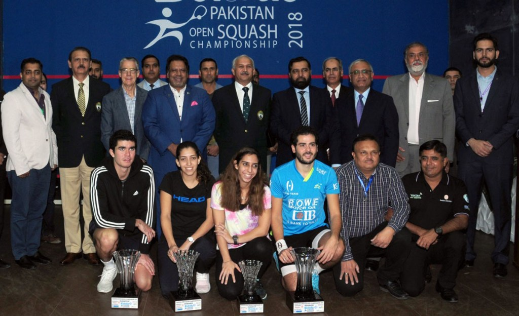 KARACHI, DEC 02:Air Marshal Mujahid Anwar Khan, Chief of the  Air Staff in a group photo  with winners of Men and Women  Pakistan Open Women Squash  championship trophy . DNA