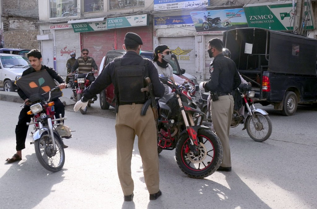 NNA-PIC-7 PESHAWAR, APRIL 7, 2020: Police officials stops motorcyclist for unnecessary go out as Government announce lockdown in province for precautionary measures to prevent corona virus.—NNA Photo by Hasnain Ali