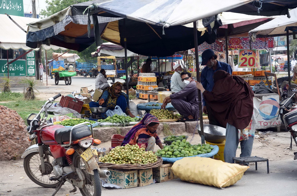 Pic05-058 FAISALABAD: Jul05- Women vendors selling vegetables at Peoples Colony No-2. ONLINE PHOTO by Haji Ibrahim