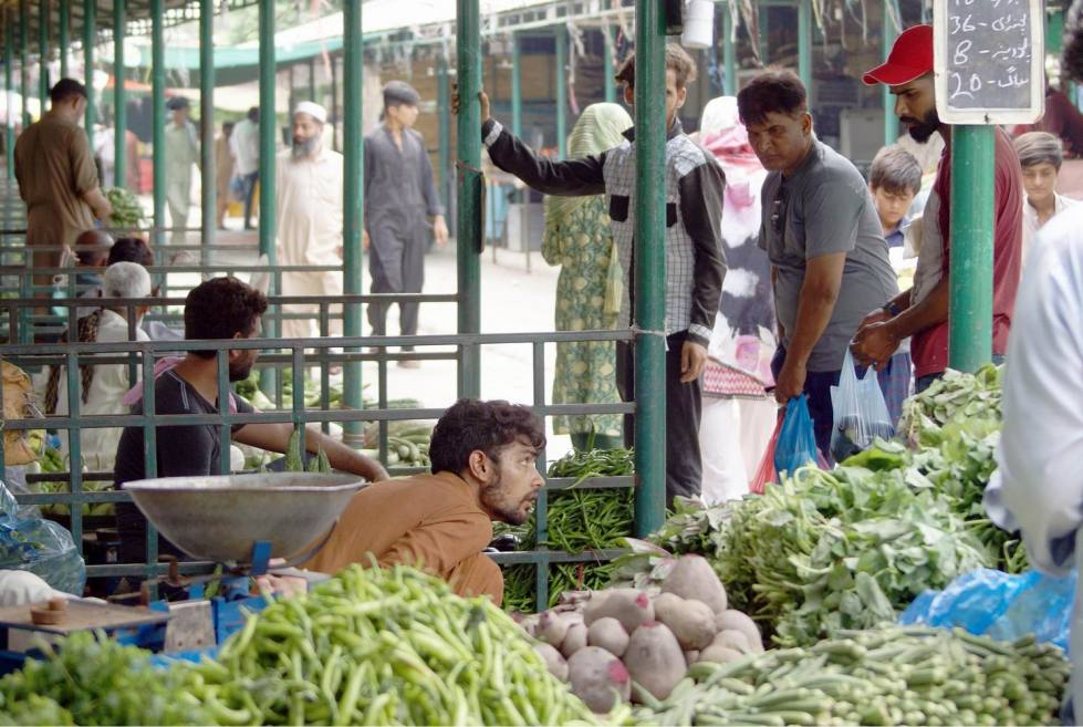 Pic31-028 ISLAMABAD: Jul31- People are busy in buying of vegetables as vegetables, tomatoes, garlic, potatoes and others items prices increased ahead of Eid-ul-Azha in federal capital. ONLINE PHTO by Sunny Ghouri