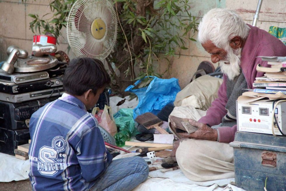 Pic29-043KARACHI: Nov29- An old vendor selling secondhand electronic items on roadside setup at ranchor line area in provincial capital. ONLINE PHOTO by Anwar Abbas