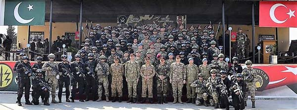 """RAWALPINDI: A view of group photo on the closing ceremony of the Pakistan-Turkey joint military exercise """"ATATURK-XI 2021"""" held at Terbela. Troops from Turkish Special forces and Pakistan's Special Service Group (SSG) participated in the exercise. INP"""