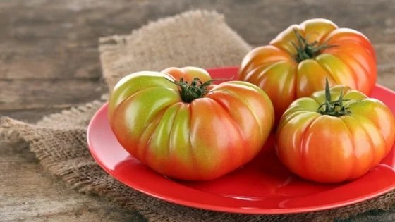 Got lots to harvest and wondering how to ripen green tomatoes? Here's 3 ways!