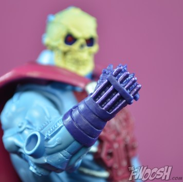 Masters-of-the-Universe-Classics-MOTUC-NA-Intergalactic-Skeletor-Review-hand
