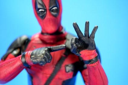 hot-toys-movie-masterpiece-deadpool-mms-437-ryan-reynolds-hands-03