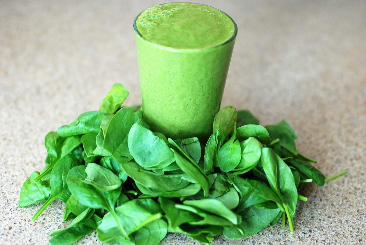 Green smoothie with leaves at the bottom