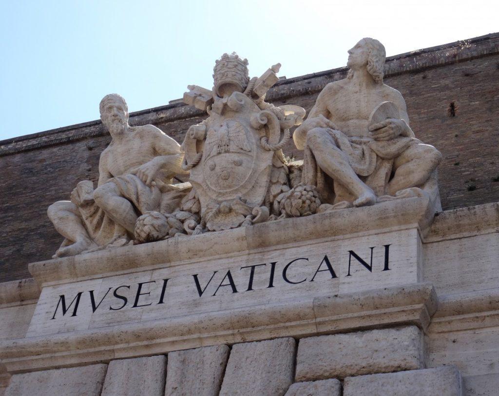 Three statues sitting above the Vaticanii