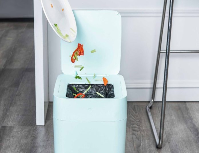 Self-changing trashcan automatically seals bags to reduce odors and spills