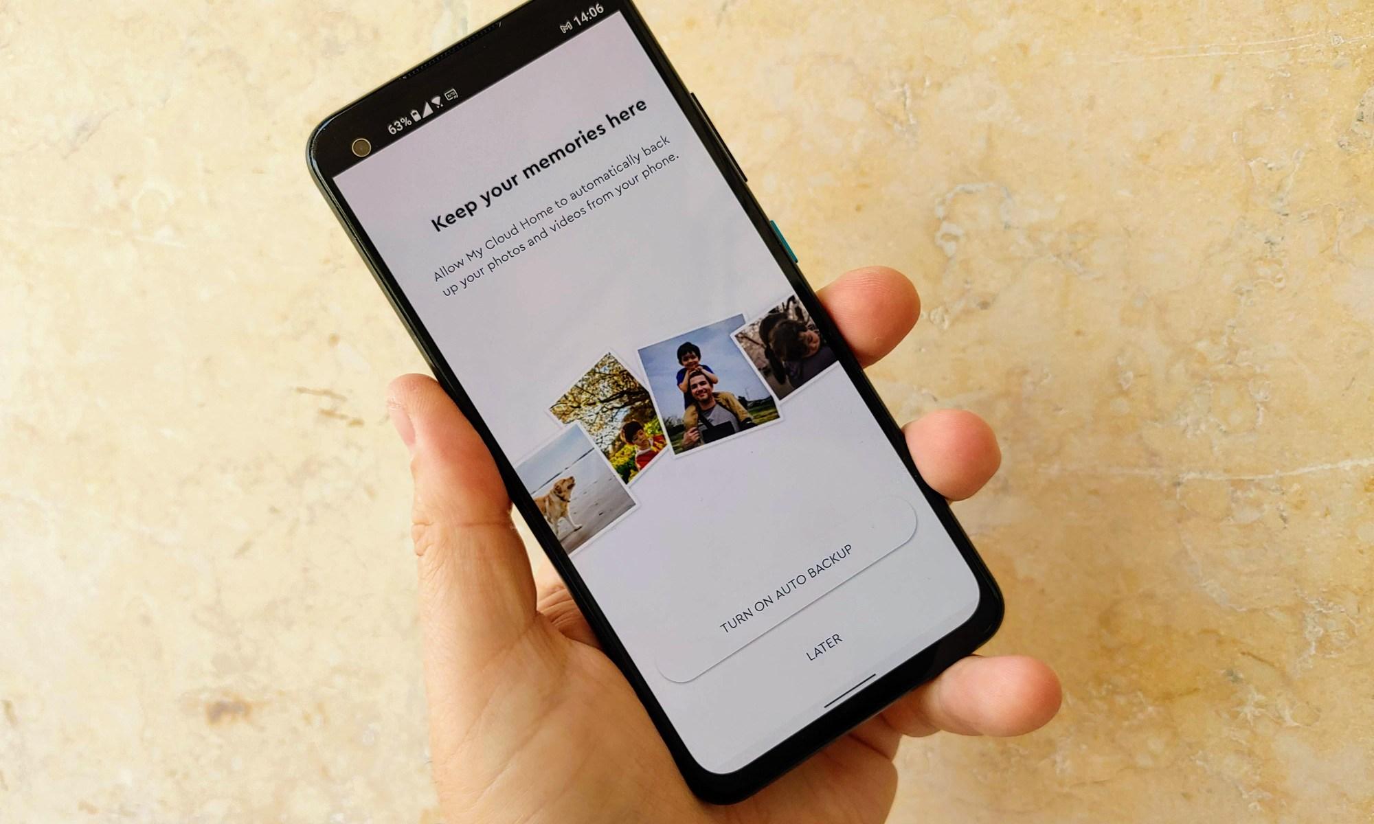 גיבוי תמונות מהסמארטפון באפליקציה של ווסטרן דיגיטל. צילום צחי הופמן