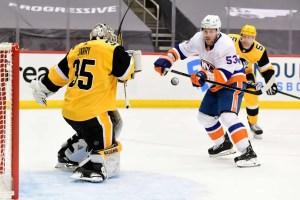 Tristan Jarry stops a shot against Casey Cizikas