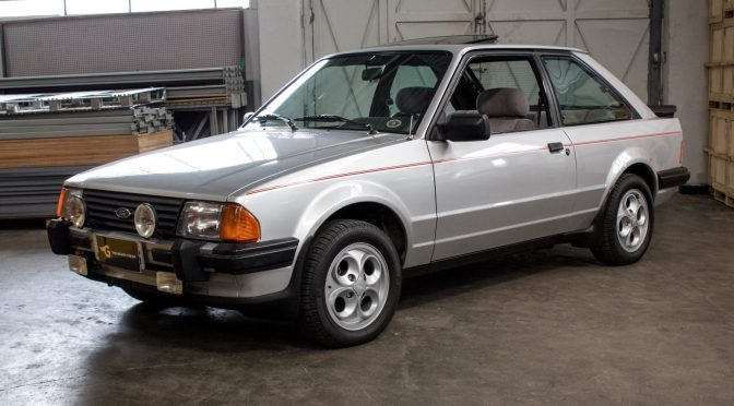 1986 Ford Escort XR3 prata com teto solar a venda na The Garage