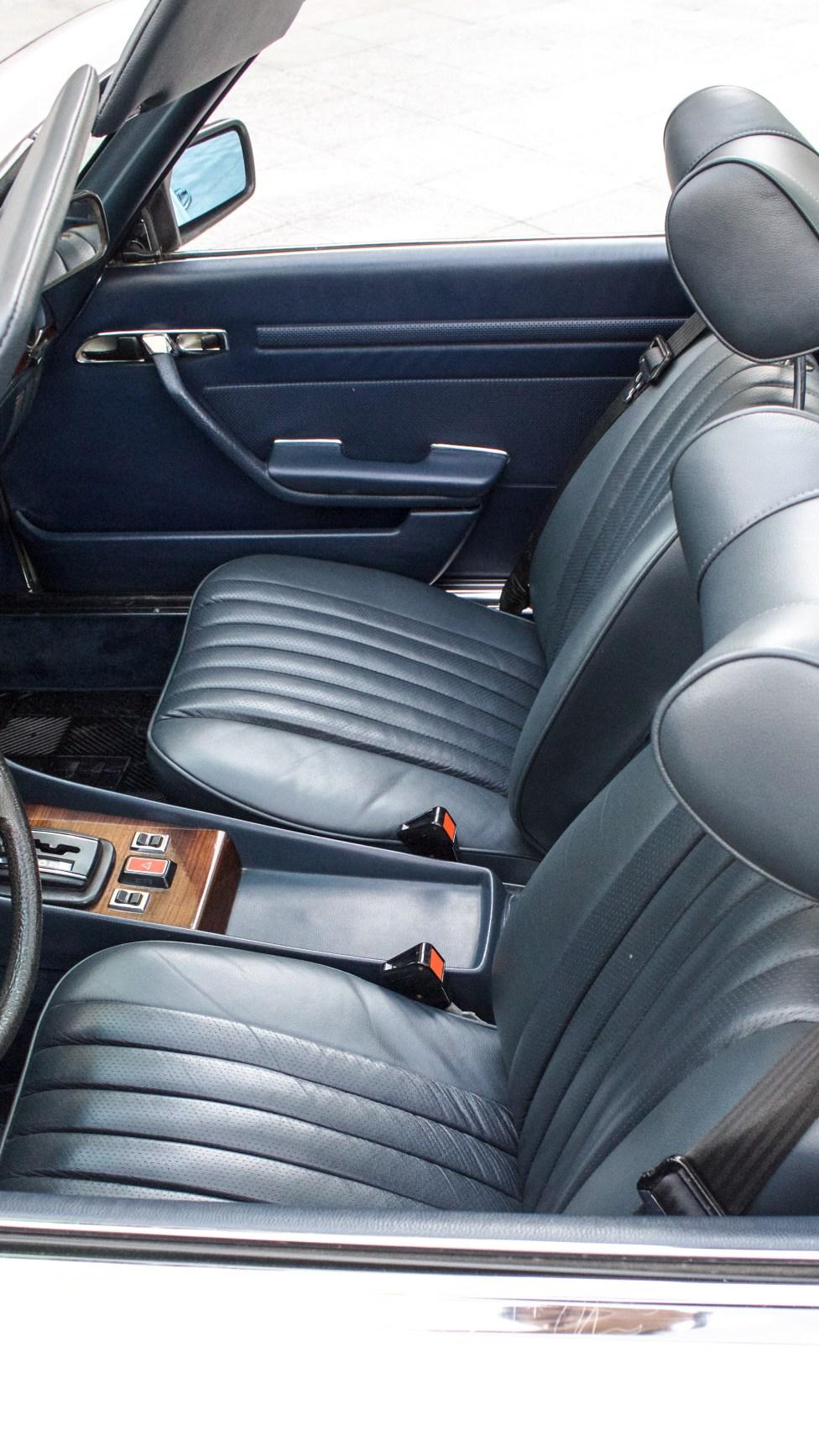 carro-antigo-1979-mercedes-benz-450sl-interior-azul