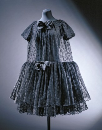 'Baby doll' cocktail dress, crêpe de chine, lace and satin, Cristóbal Balenciaga, Paris, 1958 © Victoria and Albert Museum, London