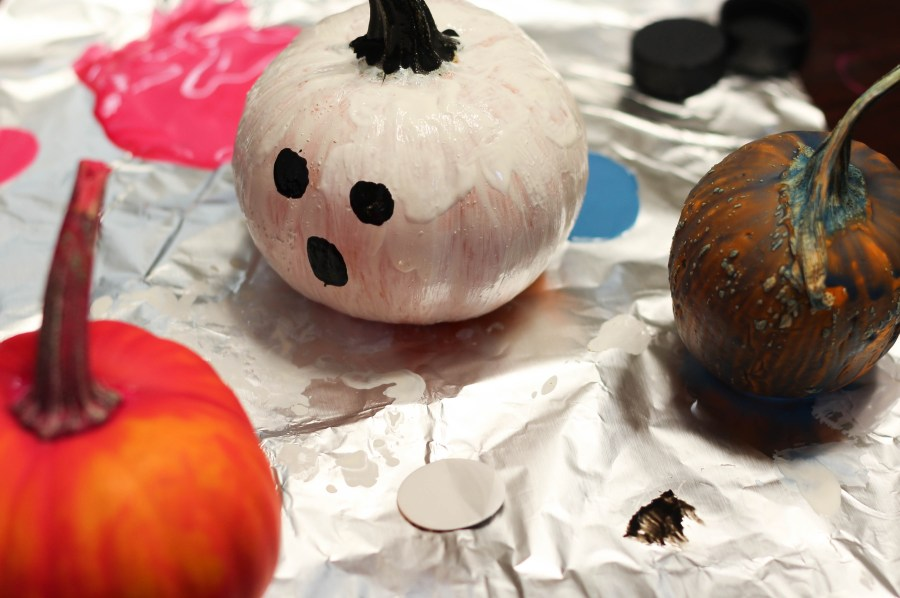 DIY Pumpkin Painting - Fall and Halloween Crafts - Ghost