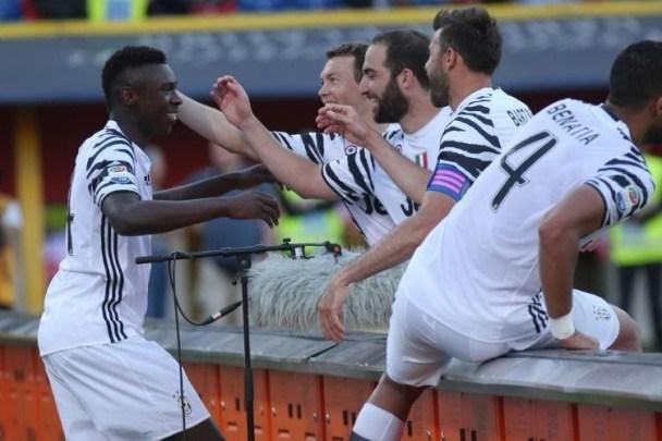 Moise Kean viene abbracciato da Barzagli, Higuain e Lichtsteiner