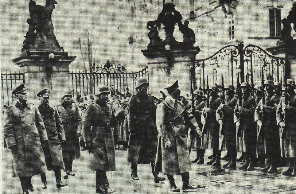 Hitler sfila davanti alle truppe
