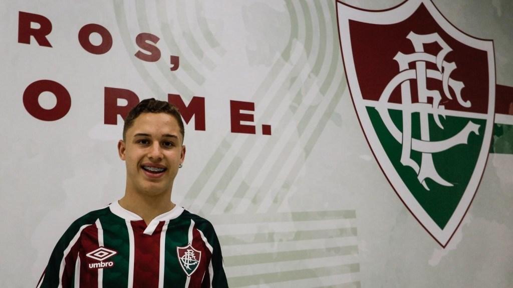 Arthur con lo stemma della Fluminense alle spalle