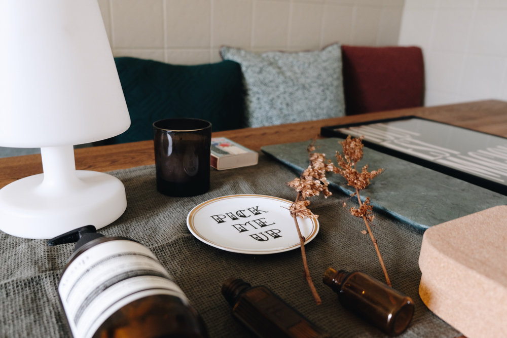Styling an entryway table is key to the first impression people will get from your home. Here you'll find 6 easy steps to help you int that process.