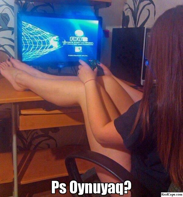 Playstation oynayan kız