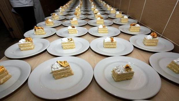 düğünde altın yediler