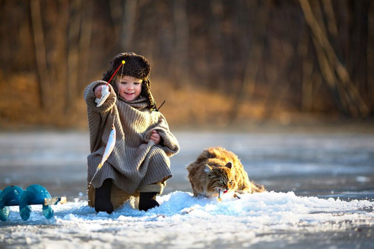 kedi ve çocuk balık tutuyor