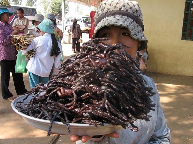 Kamboçya'da öğle atıştırmalığı olarak örümcek yemek