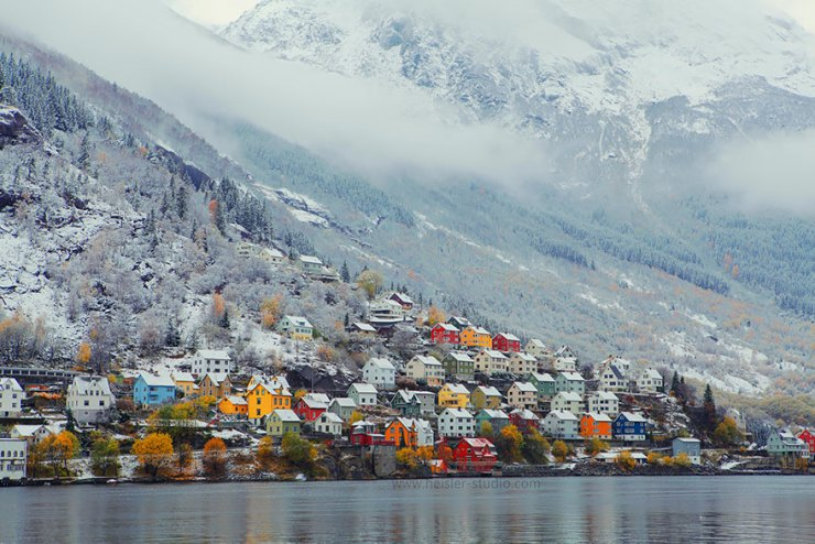 Odda'da dağ kıyısına kurulmuş bir şehir
