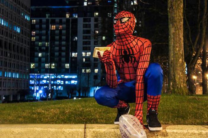 Yemek dağıtan örümcek adam