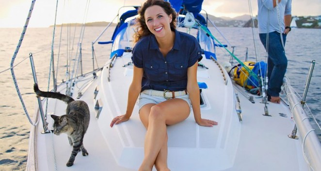 kediyle denize açılan çift
